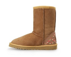 UGG CLASSIC SHORT II BOOT CHESTNUT ORNAMENT